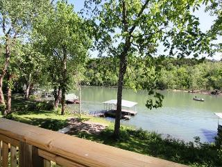 Taneycomo Lake Cottage-5 Bedroom, 3 bath Lakefront Cottage with Boat Slip, Hollister