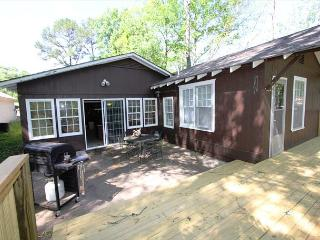 Taneycomo Lake Cottage-5 Bedroom, 3 bath Lakefront Cottage with Boat Slip