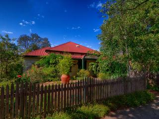 A fabulous country retreat located in central Benalla. Come explore Benalla's many treasures.