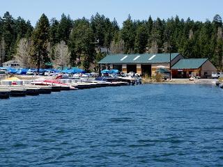 STEPS to LAKE!  Across from Marina! 10 ppl! LAKE VIEW!  BRIGHT!  NEW HOT TUB!, Big Bear Region
