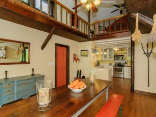 Bluebird Cove Lodge within 25 minutes of downtown Asheville, Hot Tub, Hiking on