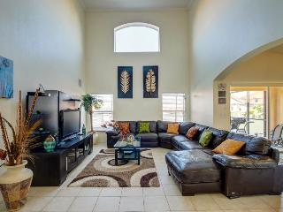 Designer home w/private pool & game room near Disney!, Davenport