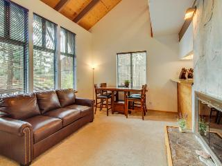 Bright alpine condo, w/shared pool, sauna, hot tub & more!, Tahoe City