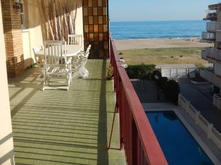 Sunny apartment with sea view and pool, Castelldefels