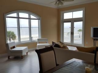Beautiful Beachfront Townhome!!, Gulfport