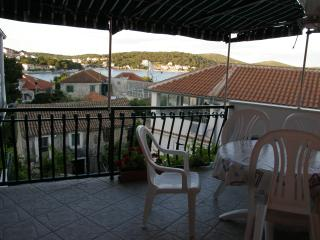 Nice apartment for three persons, Tisno