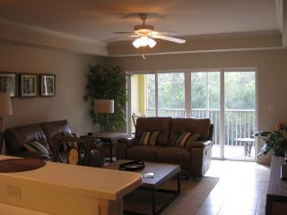 Waterfront Luxury Condo- Large, Quiet, Inviting, Cape Coral