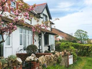 2 CAE GLAS, pet-friendly cottage, superb views, patio, Dwygyfylchi Ref 929176