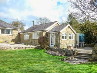 LITTLE ROSE COTTAGE, cosy pet-friendly cottage with WiFi, patio, woodburner, High Birstwith near Harrogate, Ref 933204