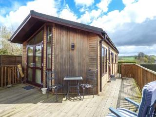 LITTLE GEM LODGE, all ground floor, WiFi, pet-friendly, veranda, Charlesfield