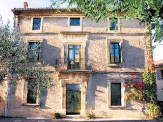 Holiday rental France, Uzes, sleeps 9 with pool (Ref: 201)