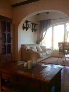 Bright and cosy dining area wth large windows, to enjoy the beautiful view onto the garden and pool.