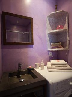 Grange - Salle de bain côté lavabo rez de chaussée