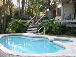 Comfortable Beach Home Close to Beach with Great Yard, Private Pool & Spa!, Hilton Head