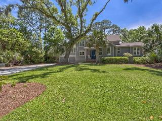 Fabulous 6 Bedroom Home with Pool, Spa, 2 Master Suites & Easy Walk to Beach!, Hilton Head