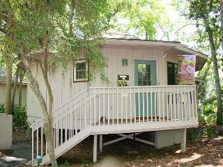 Adorable 2 Bedroom Villa with Comfy Sun Room & easy Walk to the Beach!