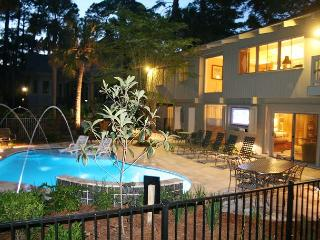 5 Bedroom Eclectic Home with Fabulous Pool & just 1 House from the Beach!, Hilton Head