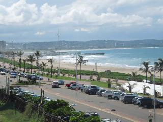 Sunny Studio across from the beach, Durban