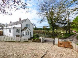 THE OLD SMITHY, woodburner, WiFi, off road parking, pet-friendly cottage in Dott