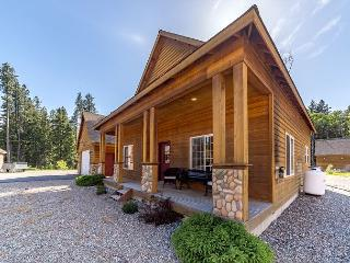 Stylish Cabin Nr Suncadia|2BR+Large Loft, Slps 8| Pool, Hot Tub