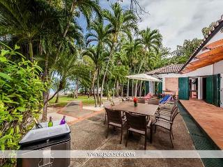Spacious house located in a point very close to good bars and restaurants!