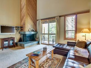 Comfortable condo w/ shared hot tub & pool - close to skiing & golf!