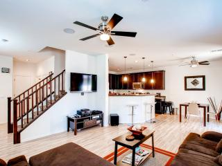 Upscale 3BR Phoenix Townhouse Near Golf Courses, Water Parks, & Downtown Phoenix!, Fênix