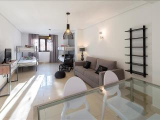 Spacious and bright Family Apartment, overlooking the Royal Palace!-307, Madrid