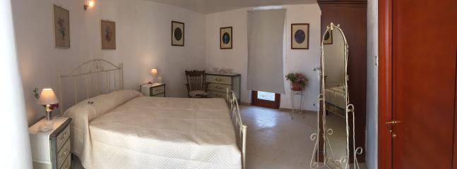 Panoramica della camera da letto 'shabby'