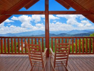 Large 8BR/6BA Luxury Log Cabin, Stunning Views, Pool, Games, Jacuzzi, sleeps 24,, Sevierville