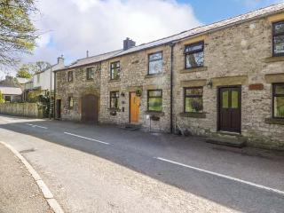 BARR COTTAGE, mid-terrace, patio, WiFi, in Tideswell, Ref 917888