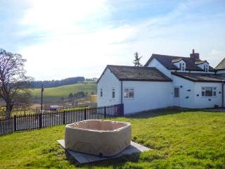 CAMNANT COTTAGE, hot tub, pet-friendly, woodburner, ideal walking, near Llanbist