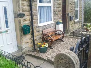 WATERS REACH, terraced cottage, open fire, Jacuzzi bath, WiFi, near Whaley Bridge, Ref 924617
