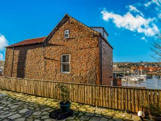 KIRKBY HOUSE, harbour front, family-friendly, close to town in Whitby Ref 912895