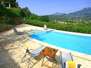 Villa in Soller with mountain views for 10 people.