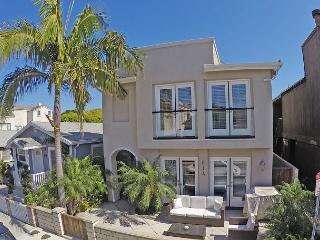 Renovated Winter Paradise- 3 Bedroom Suites, Patio & Huge Rooftop Deck, Newport Beach