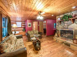 Smoky Mountain High, 1 Bedroom, Hot Tub, Arcade, Pool Table,  Sleeps 4, Gatlinburg