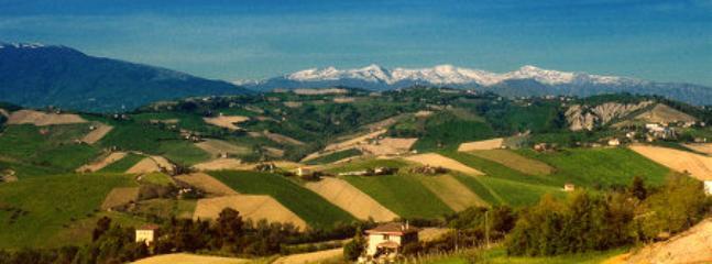 Il territorio è in prevalenza collinare e montuoso, abbraccia il versante adriatico dell'Appennino.