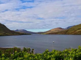 Modern holiday cottage, fantastic fjord views, Leenane