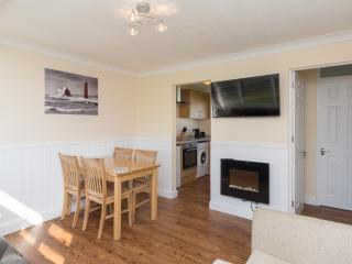 Refurbished chalet fantastic value for couples & families (walk beach & pub) 67
