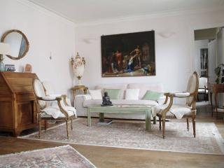 Charming french antique apt., París