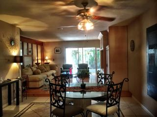 Charming 2/2 Villa 9 Minutes from Beach & Downtown, West Palm Beach