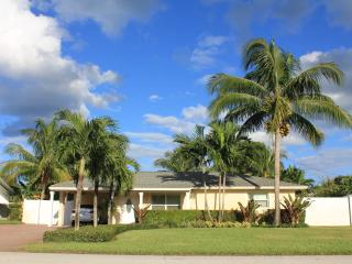 Private Pool Home With Tropical Oasis Less Than 1 Mile from Beach, Jupiter