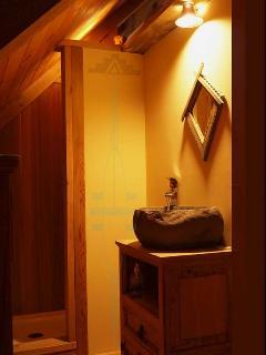 Douche en cèdre du deuxième étage