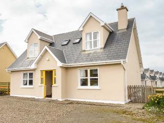 BONNIE DOON, solid fuel stove, short walk to beach, ground floor bedrooms, Kilkee, Ref 936315