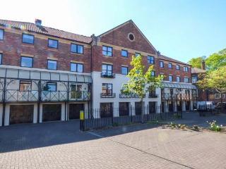 OUSE VIEW, all first floor, city location, WiFi, off road parking, in York, Ref 912155