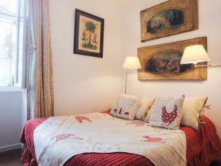 La chambre Trumeaux, chambre d'hotes aux Eyzies vue sur l'Homme de Cromagnon