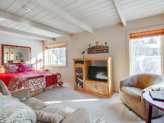 Recently updated, close to skiing, w/ shared pools, hot tub and sauna!, Sun Valley