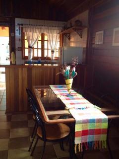 Mesa de refeições e cozinha