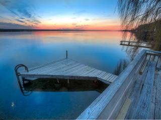 Pura Vida Cottage: Updated! On the water! Fantastic sunsets!, Ithaca